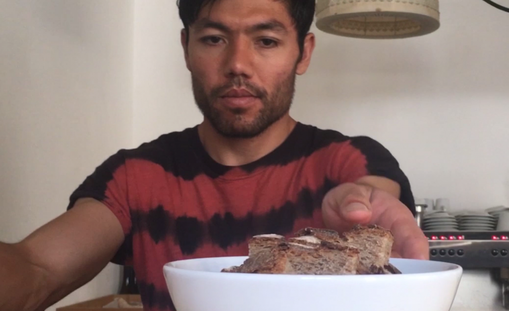"""یوسف، یک مهاجر افغان، در رستوران """"له تبل دو رشو"""" کار میکند.  عکس کاپی ویدیو"""