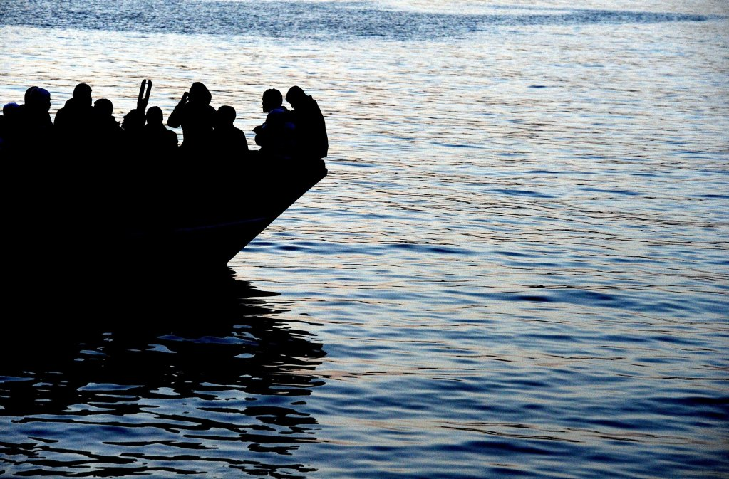 A boat carrying Tunisian migrants enters the port of Lampedusa, Italy, on April 12, 2020 | Photo: ANSA/Ettore Ferrari