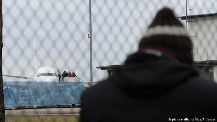 Failed asylum seekers at German airport | Photo: Picture-alliance/dpa/P.Seeger