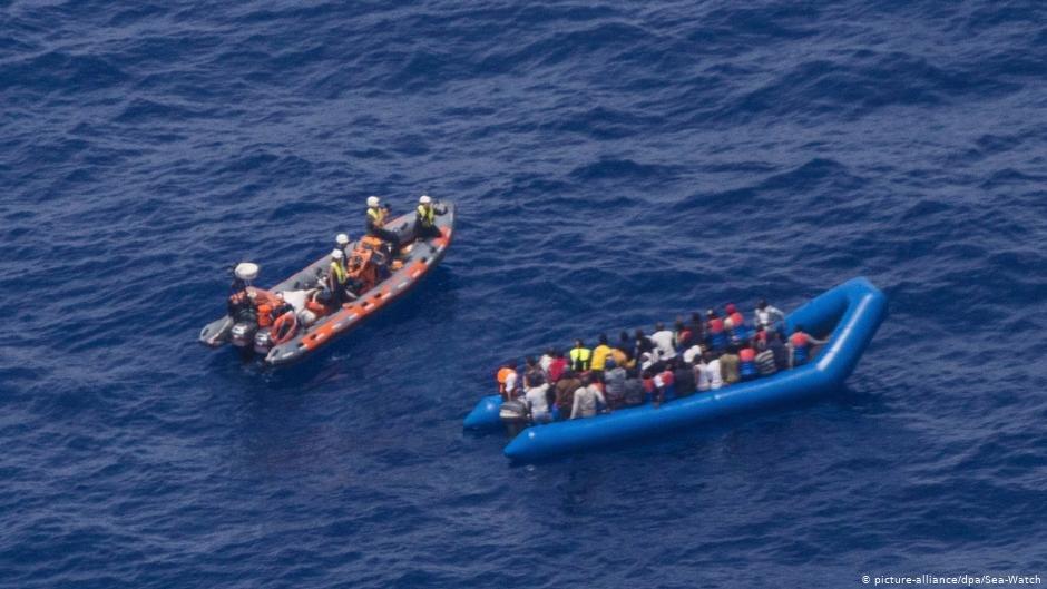 عکس از آرشیف/ نیروهای نجات در حال بیرون کشیدن پناهجویان اند.