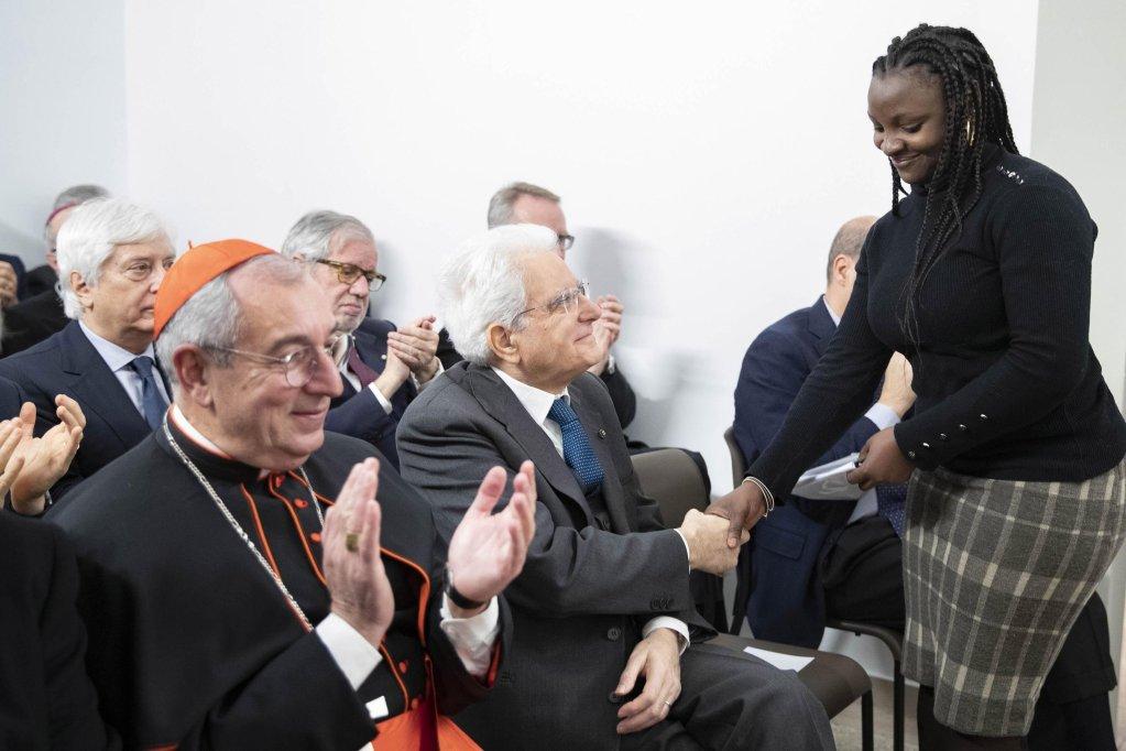 ANSA / الرئيس الإيطالي سيرجيو ماتاريلا يصافح اللاجئة الكاميرونية شاريتي، خلال افتتاح مركز ماتيو ريتشي لاستقبال طالبي اللجوء. المصدر: مركز كويرنيالي الصحفي/ فرنشيسكو أميندولا.