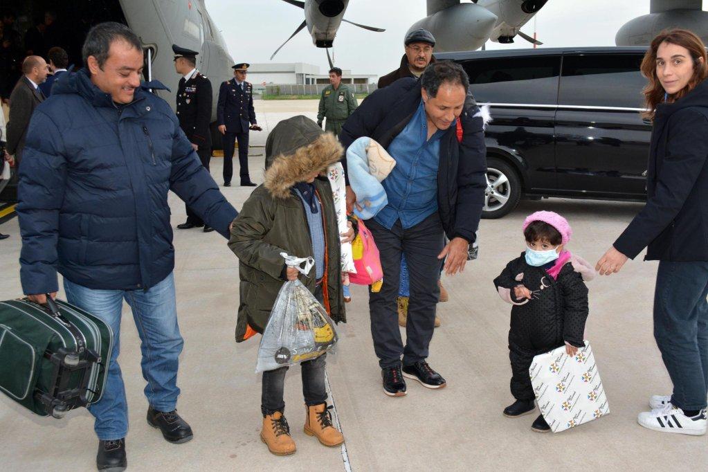5 أطفال مرضى يصلون من ليبيا لمطار شيامبينو في روما، لتلقي العلاج في مستشفى للأطفال في العاصمة الإيطالية. المصدر: إي بي إيه