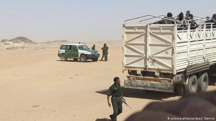 الشرطة الجزائرية قامت بترحيل عشرات المهاجرين إلى الصحراء في النيجر
