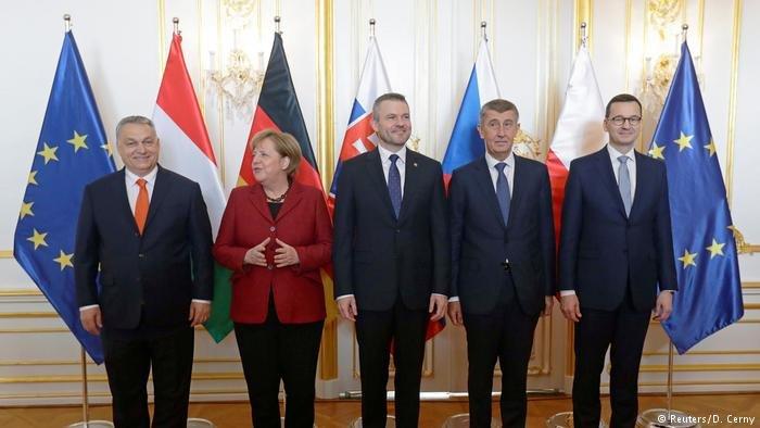 "Reuters/D. Cerny  ميركل مع رؤساء حكومات دول مجموعة ""فيشغراد""."