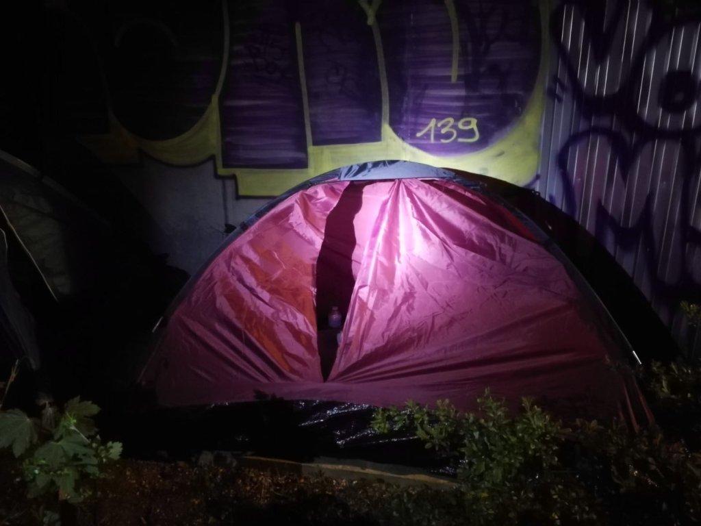 المهاجرون والجمعيات الإنسانية تتهم الشرطة الفرنسية بتمزيق خيم المهاجرين. الصورة: جمعية يوتوبيا 56