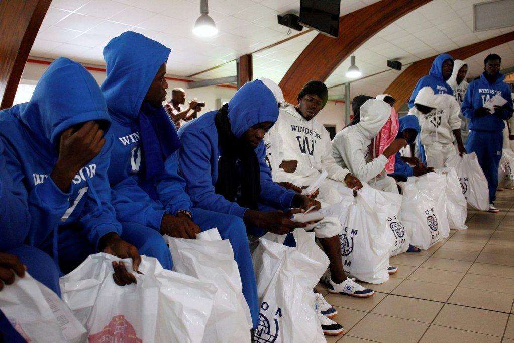 پناهجویان ساحل عاج که توسط سازمان بین المللی مهاجرت از لیبیا به کشور شان برگردانده شده اند. عکس از رویترز.
