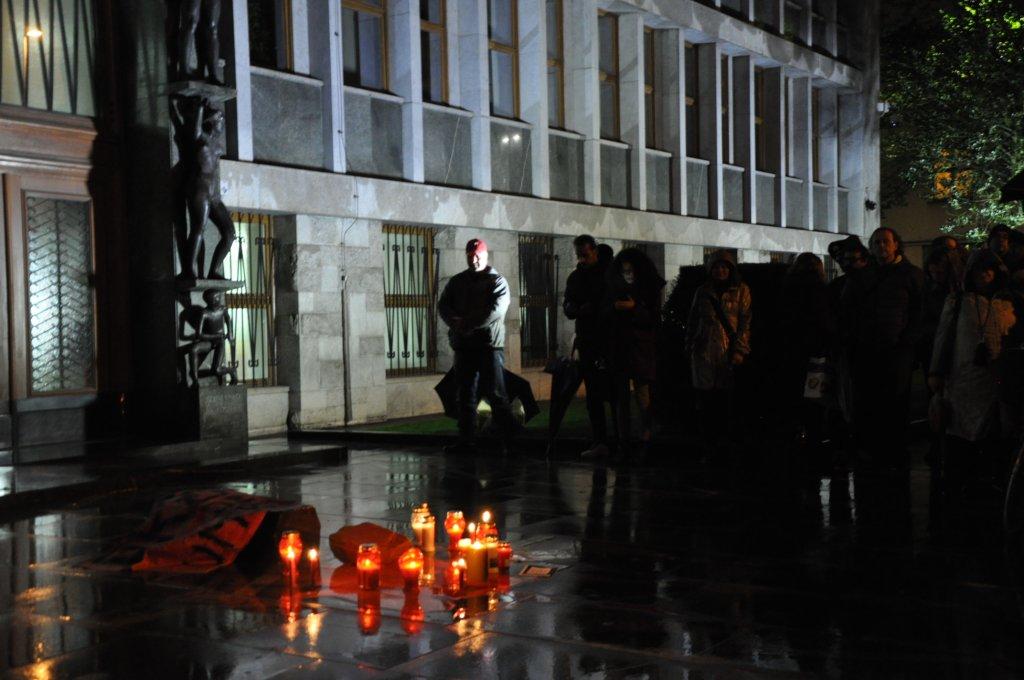 تجمع عشرات الأشخاص أمام البرلمان في العاصمة السلوفينية تنديدا بسياسة الهجرة بعد وفاة مهاجر سوري في الغابات. الصورة: مهاجرنيوز/دانا البوز