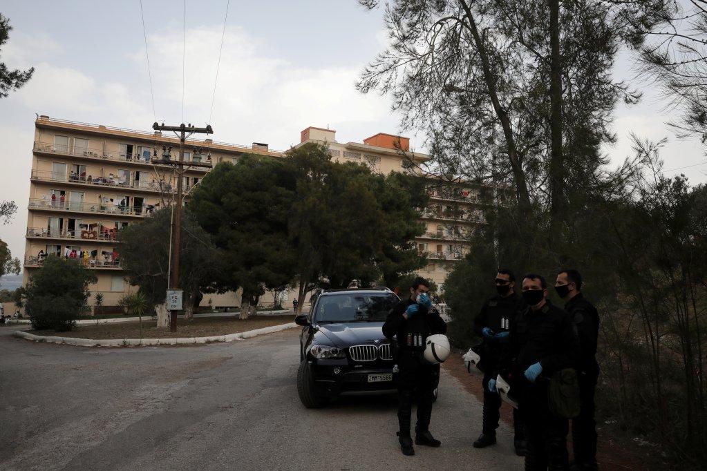 Des policiers se tiennent devant un hôtel transformé en refuge pour migrants à Kranidi en Grèce en avril 2020. Crédit : Reuters