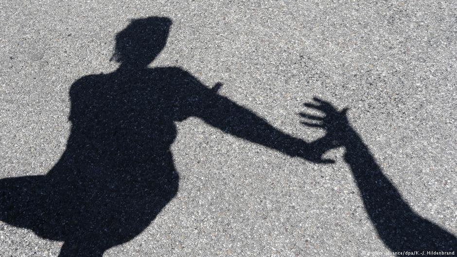 در فرانسه تعدادی از سازمانهای خیریه به زنان قربانی خشونتهای خانوادگی کمک میکنند. عکس از پیکچر الیانس