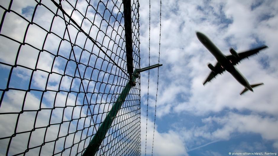 عکس تزئینی: مقامهای وزارت داخله بریتانیا گفتهاند که در ماه جاری ۲۷ مهاجر را از این کشور اخراج کردهاند. عکس از پیکچر الیانس