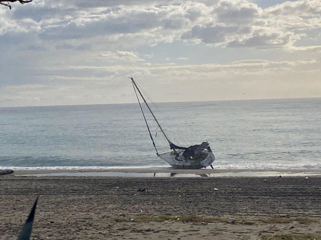 قارب شراعي لنقل المهاجرين قرب الشاطئ في كالابريا. المصدر: أنتونيلو لوبيز/ أس جي أتش.