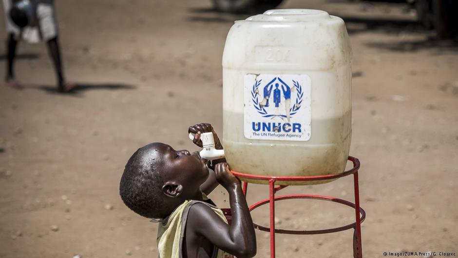 A child drinks from the tap of a UNHCR water tank at a refugee camps | Photo: Imago/ZUMA Press/G.Cloarec