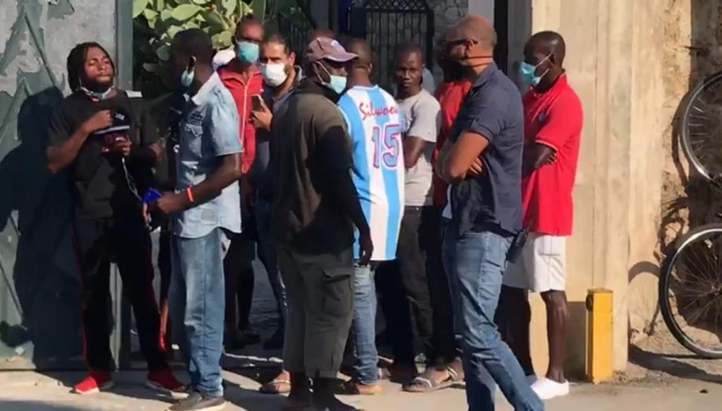 Migrants hosted by the Community of Biagio Conte in front of the mission's entrance gate, Palermo, 18 September 2020.Thirty-seven tested positive for coronavirus | Photo: ANSA/IGNAZIO MARCHESE