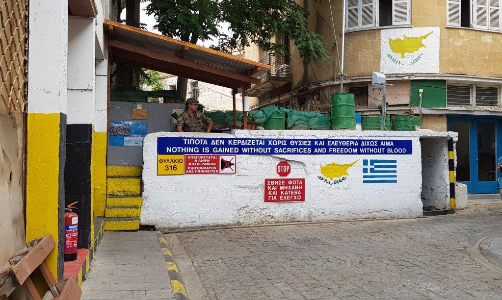 """À Chypre, la """"ligne verte"""", qui sépare le Nord, sous occupation turque, et le Sud, administré par l'UE, traverse la capitale chypriote Nicosie. Crédit : Anne-Diandra Louarn / InfoMigrants"""