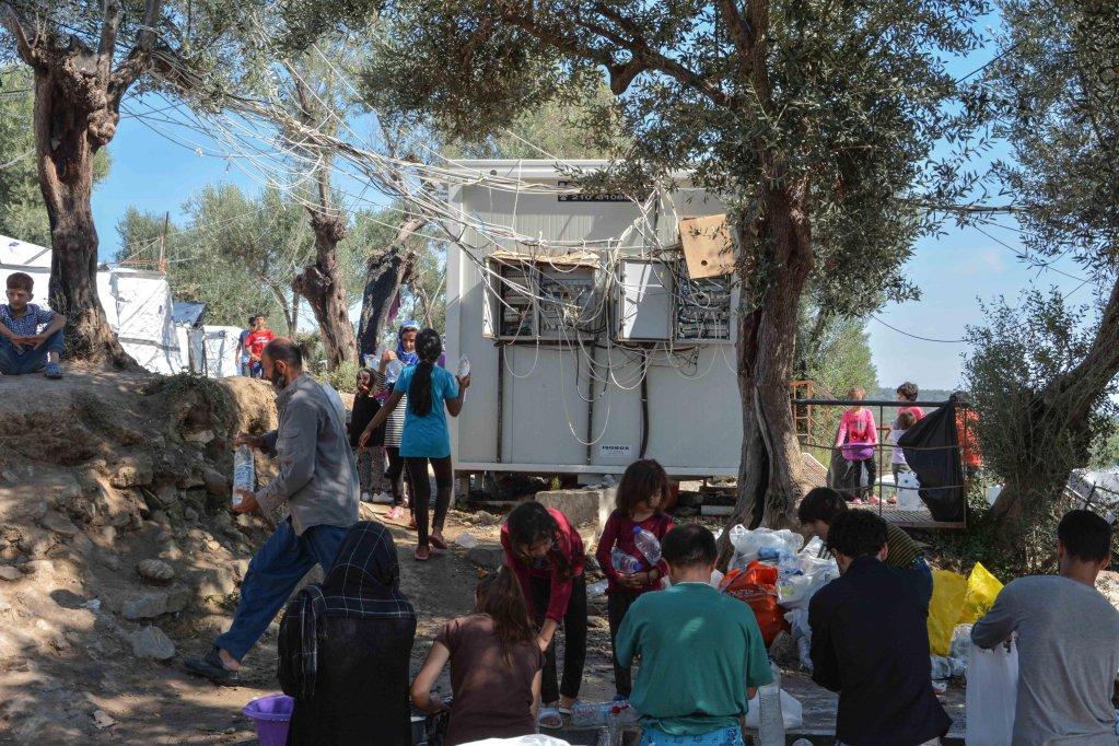 لاجئون في مخيم عشوائي خارج مخيم موريا للاجئين في جزيرة ليسبوس اليونانية. المصدر: إي بي إيه/ بانايوتيس بالاسكاس.