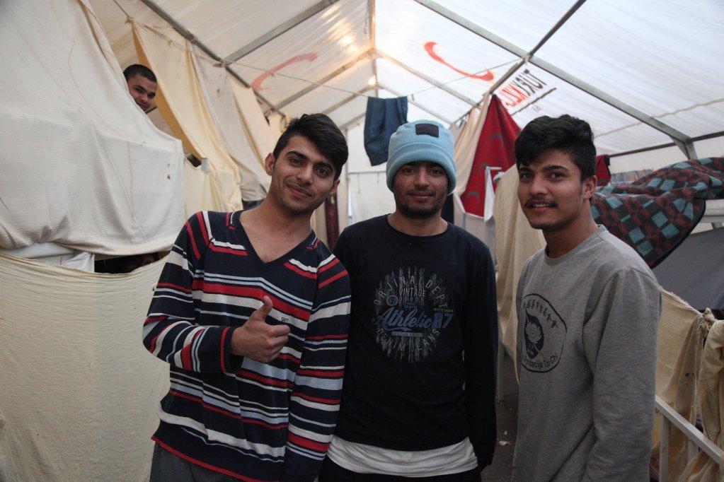 عکس آرشیف: سه مهاجر پاکستانی در یک خیمه بزرگ کمپ بیرا در بیهاچ. عکس از کلیر دوبوزی
