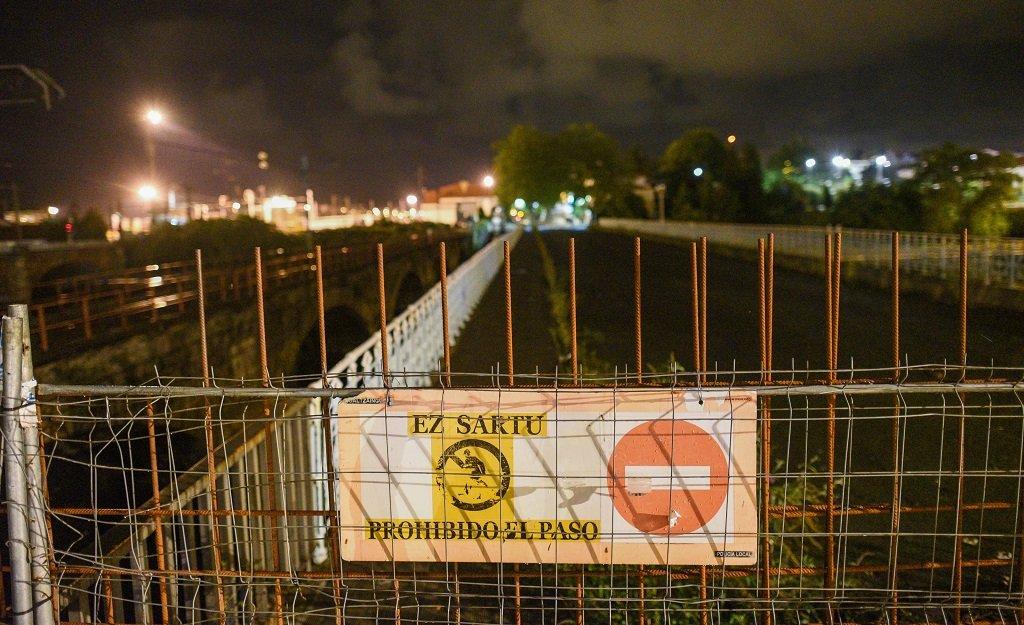 Des panneaux interdisent l'accès aux migrants à l'un des ponts enjambant la rivière Bidassoa, qui marque le frontière entre Irun, en Espagne, et Hendaye, en France. Crédit : Mehdi Chebil
