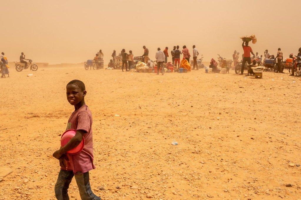 ansa / مهاجر صغير في مركز للمهاجرين العابرين، حيث تمت إعادته من الجزائر إلى أغاديز في النيجر. المصدر: أنسا/ يونيسف.