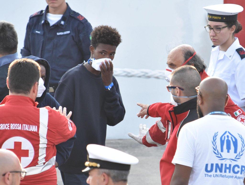 ANSA / مهاجرون يهبطون من السفينة ديتشوتي. المصدر: أنسا/ أوبريتا سكاردينو.
