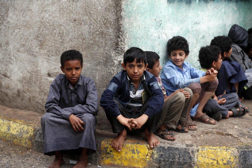 أطفال يمنيون يتجمعون للحصول على وجبات مجانية من إحدى جماعات الإغاثة في العاصمة صنعاء. المصدر: إي بي إيه/ يحيى أرحب.