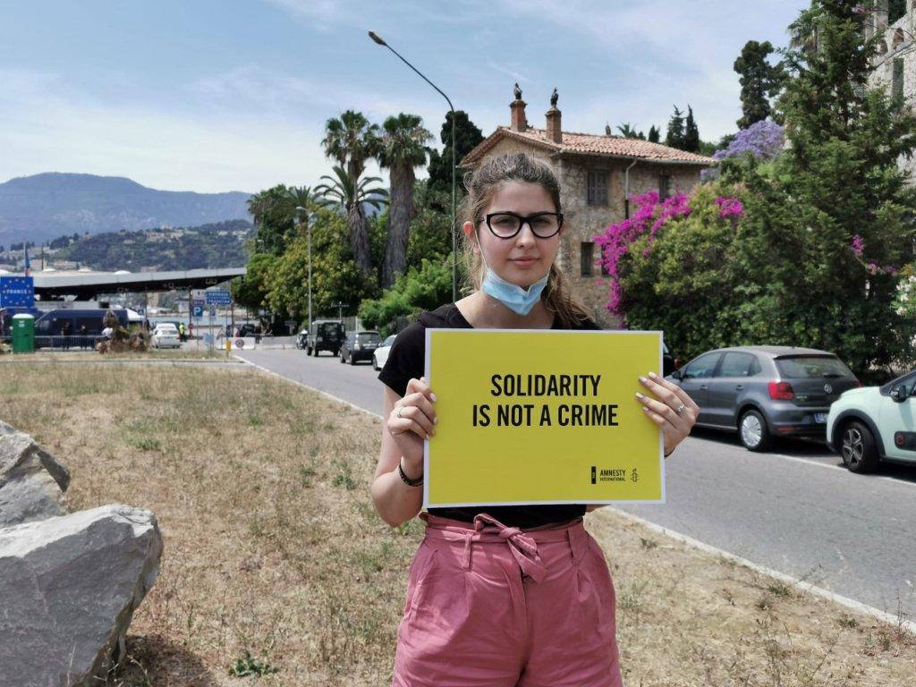 مظاهرة صغيرة على الحدود الإيطالية الفرنسية في فينتيميليا قادتها منظمة العفو الدولية في اليوم العالمي للاجئين. المصدر: أنسا
