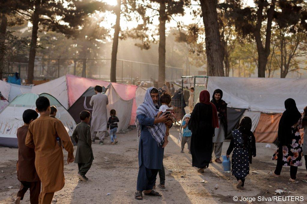 Des familles afghanes déplacées, qui fuient la violence dans leurs provinces, se tiennent près de tentes dans un abri de fortune au parc Shahr-e Naw, à Kaboul, Afghanistan, 4 octobre 2021. Crédit : Reuters
