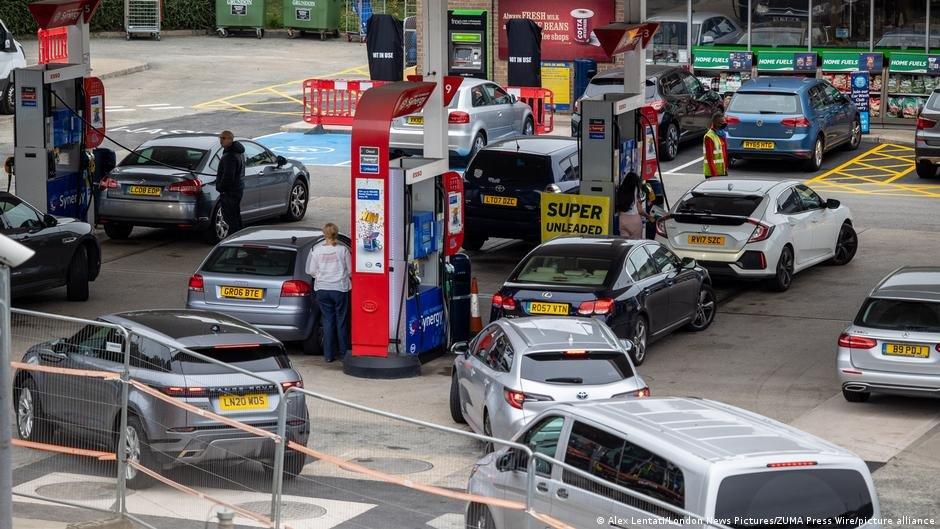 مشكلات عدة  تسبب فيها نقص السائقين، لاسيما إيصال الوقود إلى المحطات المخصصة في جميع أنحاء المملكة المتحدة. الحقوق: لندن نيوز بيكتشرز، بيكتشر أليانس.
