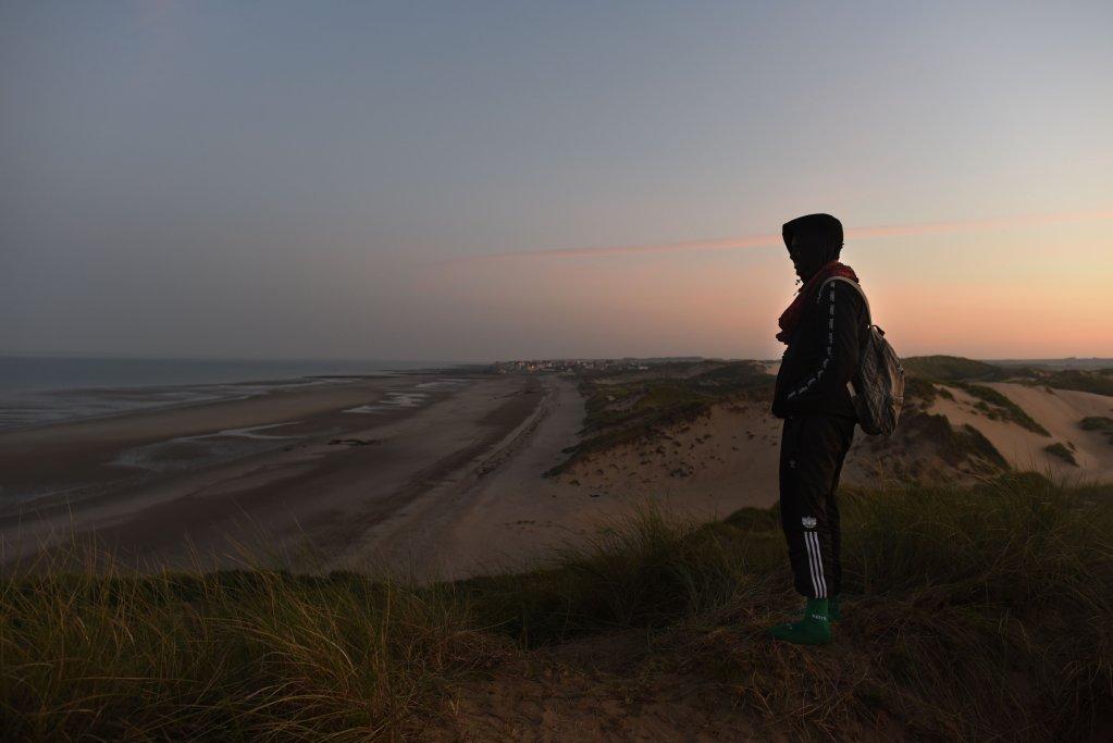 خالد يقف على إحدى الكثبان الرملية المطلة على شاطئ فيميرو يراقب حركة المهاجرين، 8 أيلول/سبتمبر. مهدي شبيل / مهاجر نيوز