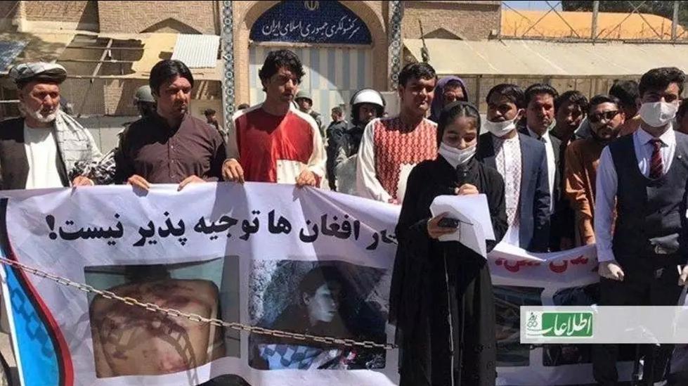 معترضان در هرات  از دولت ایران به خاطر غرق کردن مهاجران خواهان پرداخت غرامت شدند. عکس از روزنامه اطلاعات روز