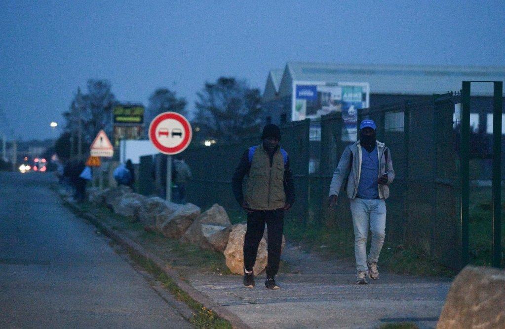صورة من الأرشيف لمهاجرين يمشيان في مدينة كاليه. المصدر: مهدي شبيل/مهاجر نيوز