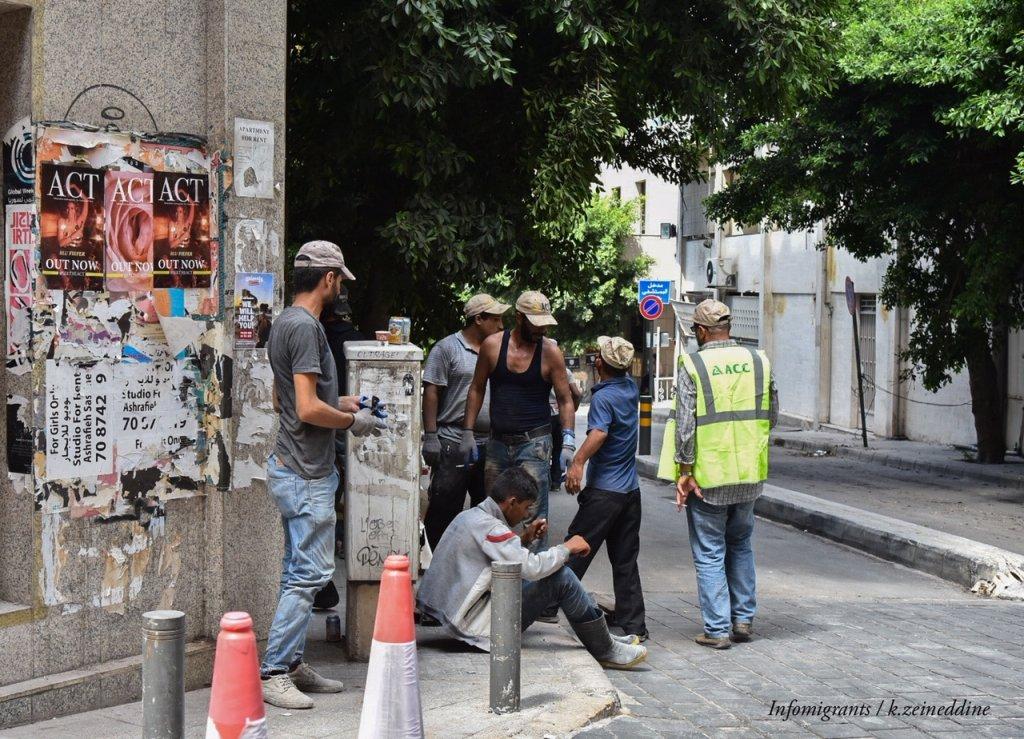 مجموعة من المتطوعين السوريين في مكان قريب من إنفجار بيروت، يساعدون على إزالة آثار الانفجار -حقوق الصورة: خلدون زين الدين / مهاجر نيوز