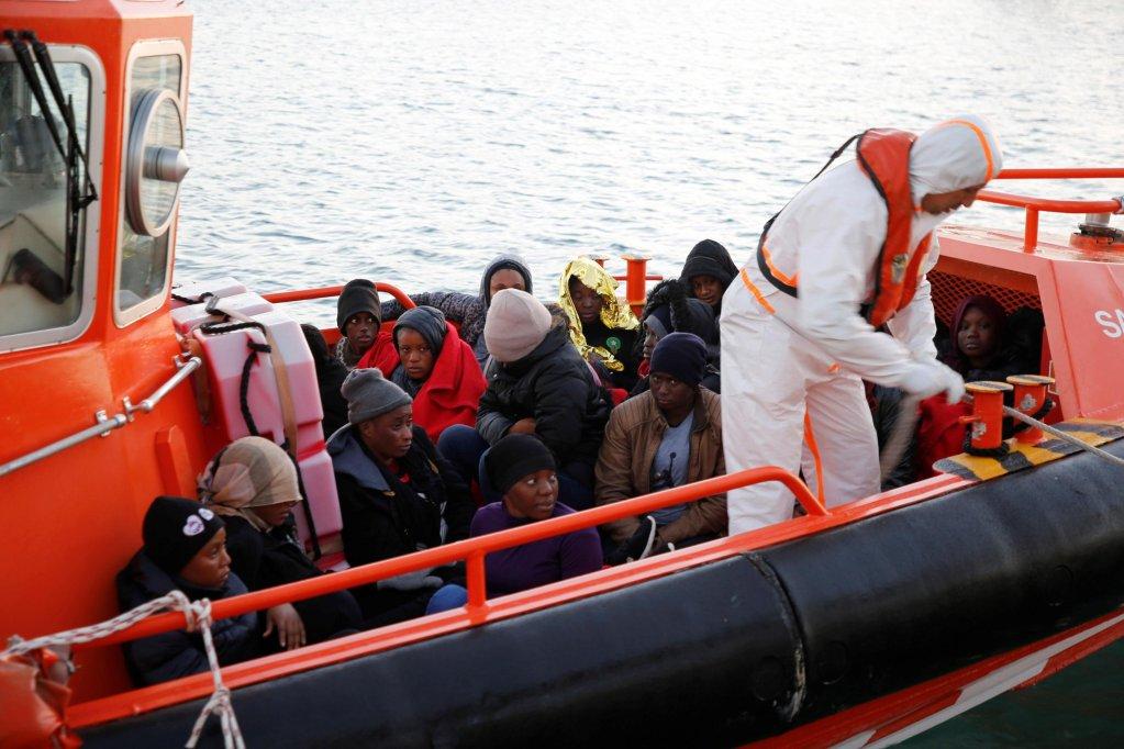 """مهاجرون تم إنقاذهم بواسطة السفينة الإسبانية """"سالفامينتو ماريتيمو"""" يصلون إلى ميناء مليلية. المصدر: إي بي أيه/ أف جي جويريرو."""