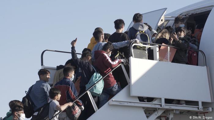 روند انتقال گروهی از مهاجران بدون سرپرست از کمپ های جزیره های یونان به آلمان.