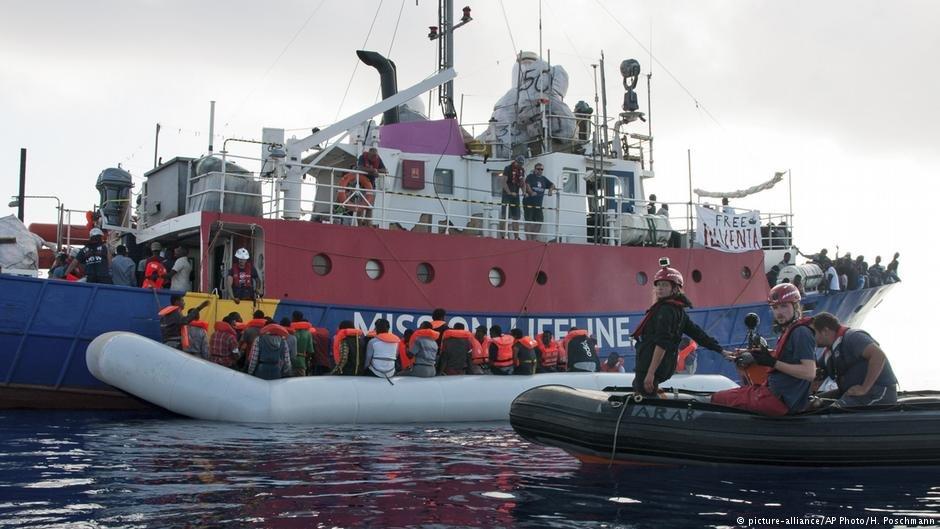 یک کشتی نجات در حال سوار کردن مهاجران در بحیره مدیترانه