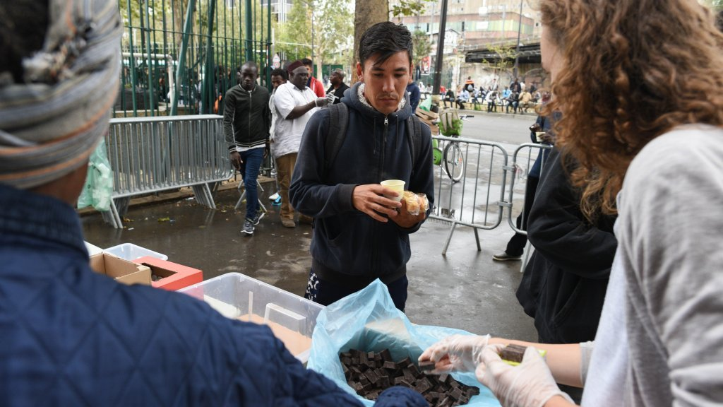 توزيع وجبات طعام على المهاجرين. أرشيف. المصدر/ مهدي شبيل