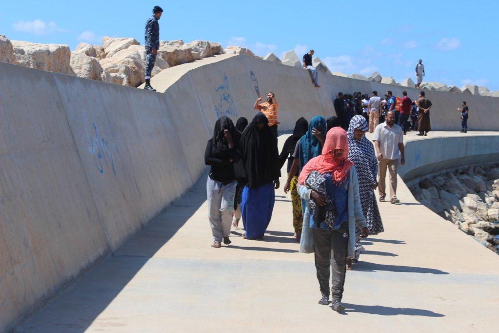 مهاجرون أنقذهم خفر السواحل الليبي بعد انقلاب قاربهم قبالة ساحل بلدة القره بوللي/ REUTERS/Ayman al-Sahili