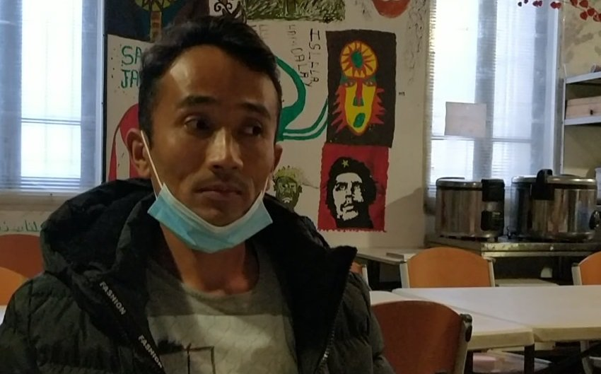 حمیدالله شیرزاد، مهاجر ۲۸ ساله افغان در پناهگاه رفوج سولیدر در بریانسون. عکس از مهاجر نیوز