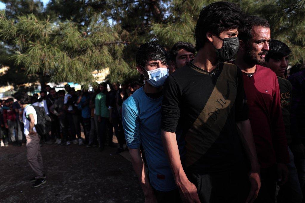 مهاجرون غير شرعيين ينتظرون الحصول على الطعام في ديار بكر، على بعد 900 كيلو متر شرق العاصمة التركية أنقرة. المصدر: إي بي إيه/ سادات سونا.