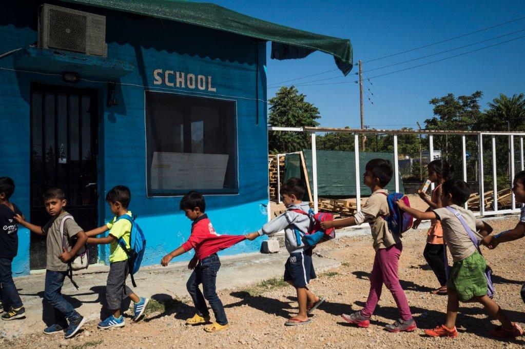 Des migrants afghans attendent d'entrer en cours d'anglais à Oinofyta en Grèce. Crédit : Unesco