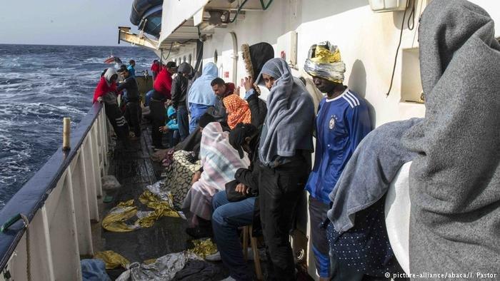 صورة لمهاجرين تم إنقاذهم من البحر المتوسط