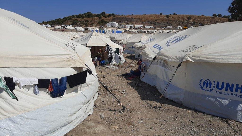 رشید مهاجر افغان میگوید در کمپ جدید لیسبوس حدود سه صد خانواده با نزدیکان خود که کرونا دارند یکجا زندگی میکنند. عکس DR
