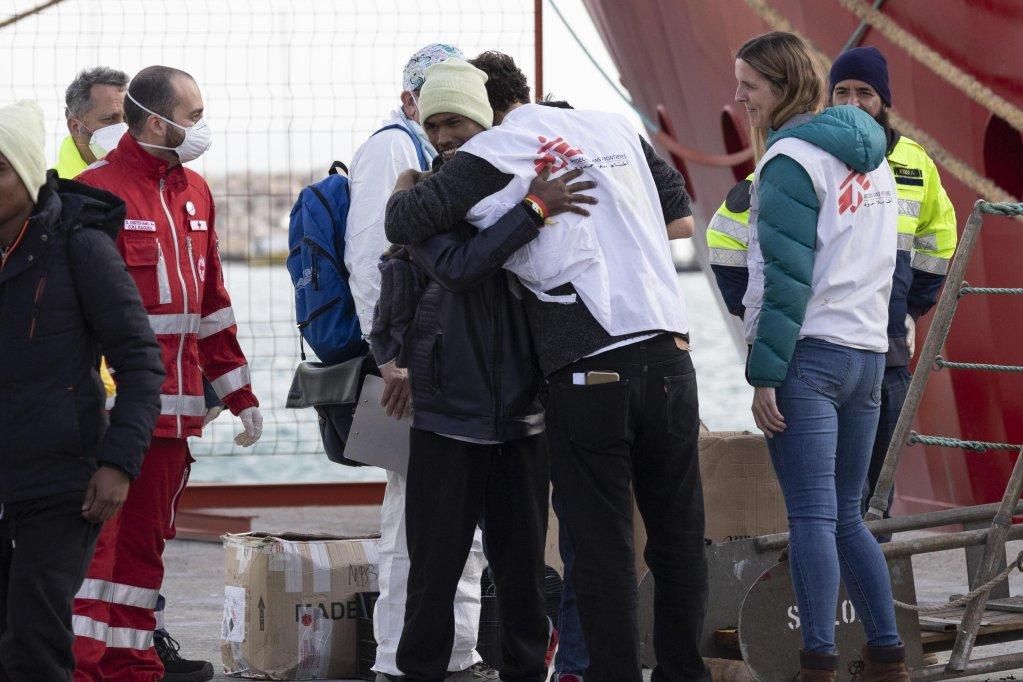 "ANSA / هبوط مهاجرين من السفينة ""أوشن فايكنغ"" في بوتسالو بصقلية في 21 كانون الأول / يناير 2020. المصدر: أنسا / فرانشيسكو روتا."