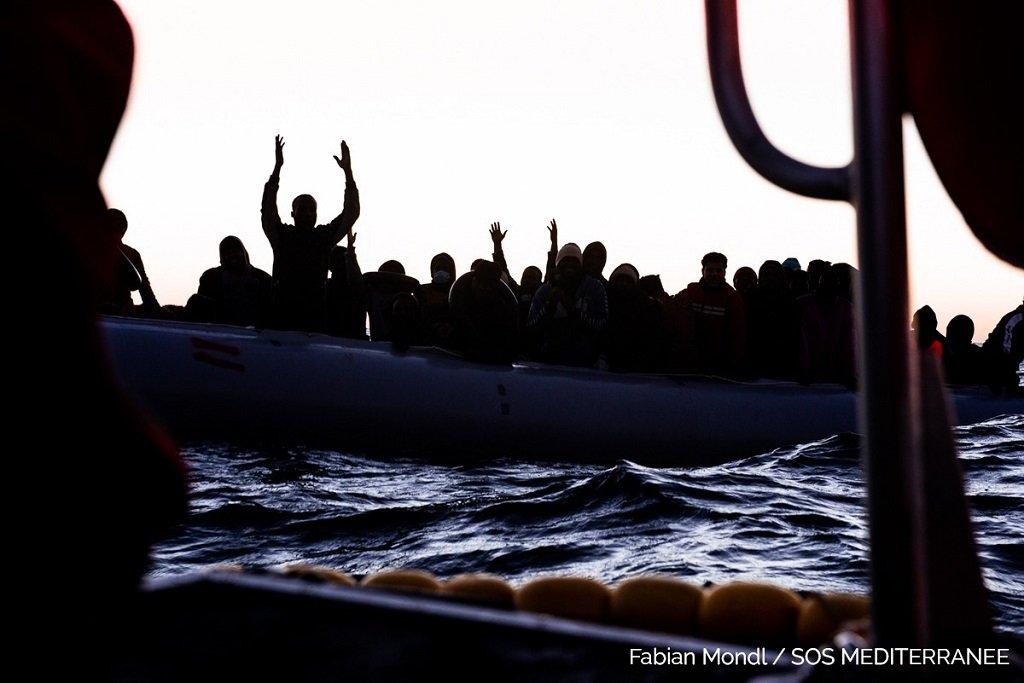 """عملية إنقاذ نفذتها أوشن فايكنغ فجر الجمعة 22 كانون الثاني\يناير 2021 قبالة السواحل الليبية. الصورة من حساب """"أس أو أس ميديتيرانيه"""" على تويتر"""