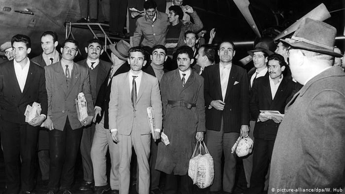 وصول الدفعة الأولى من العمال الأتراك إلى مطار دوسلدورف في 27.11.1961 (أرشيف)