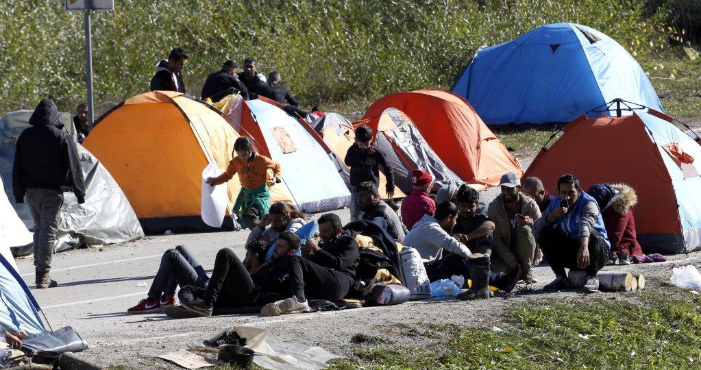 ANSA / مهاجرون ممن يحاولون العبور إلى كرواتيا يتجمعون حول الخيام التي أقيمت بالقرب من معبر ماليفاتس الحدودي في البوسنة والهرسك. المصدر: أي بي إيه/ فهيم دامير.