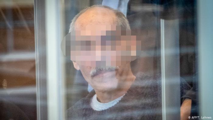 AFP/T. Lohnes |المشتبه به الرئيسي بارتكاب جرائم ضد الإنسانية، أنور ر. أمام محكمة مدينة كوبلنز الألمانية