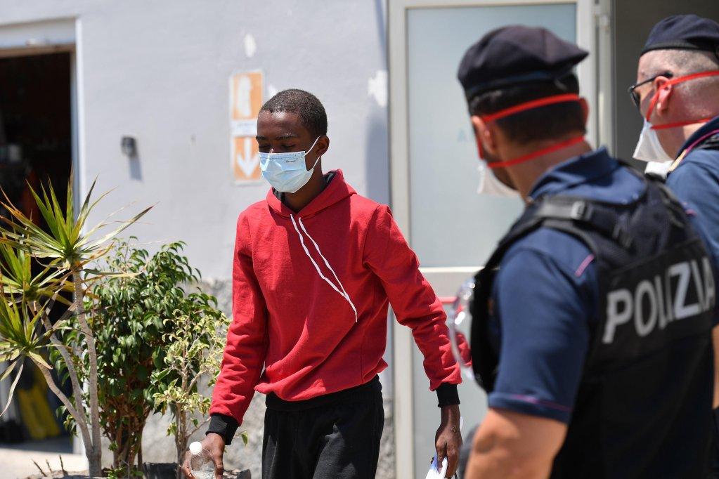 ANSA / مهاجرون هبطوا في بورتو إمبيدوكلي (أجريجنتو) بصقلية في 6 تموز/ يوليو 2020. المصدر: أنسا / كارميلو إمبيزي.