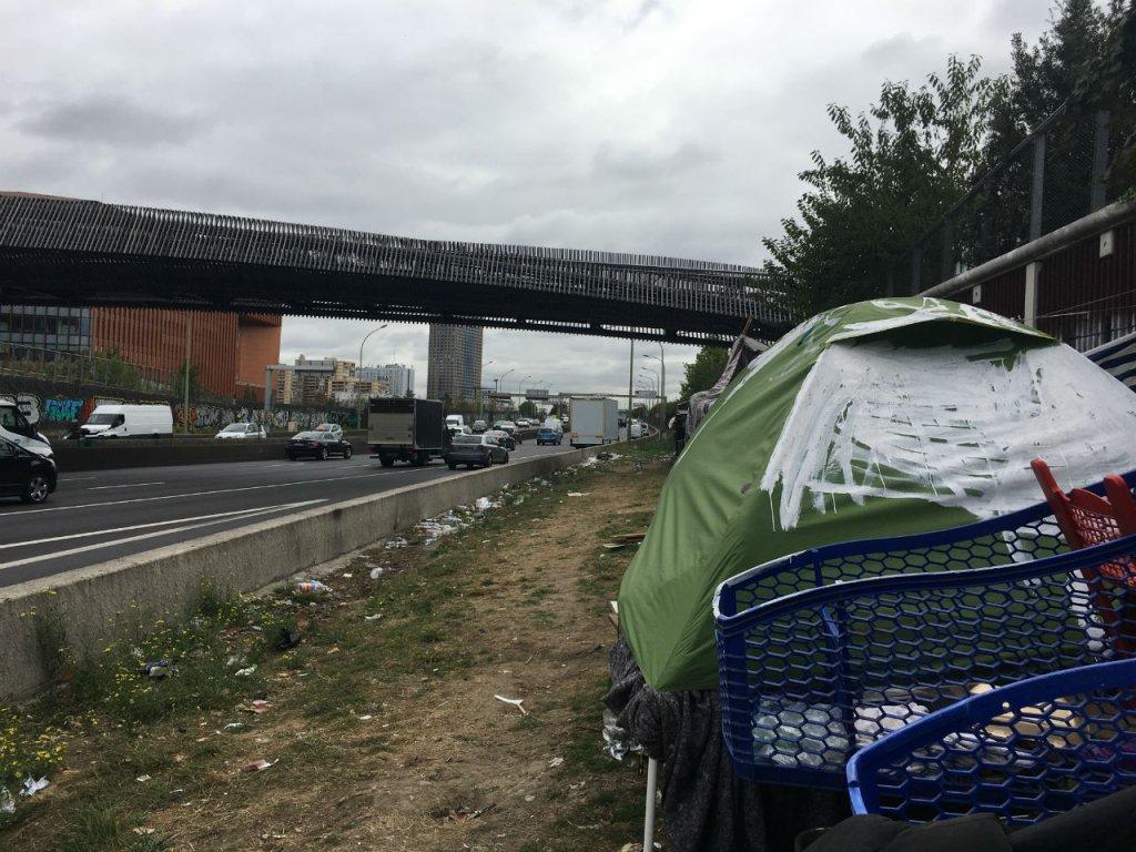 Les tentes des migrants s'étalent jusqu'à l'entrée du périphérique parisien, à moins de 10 mètres des voitures. Crédit : InfoMigrants