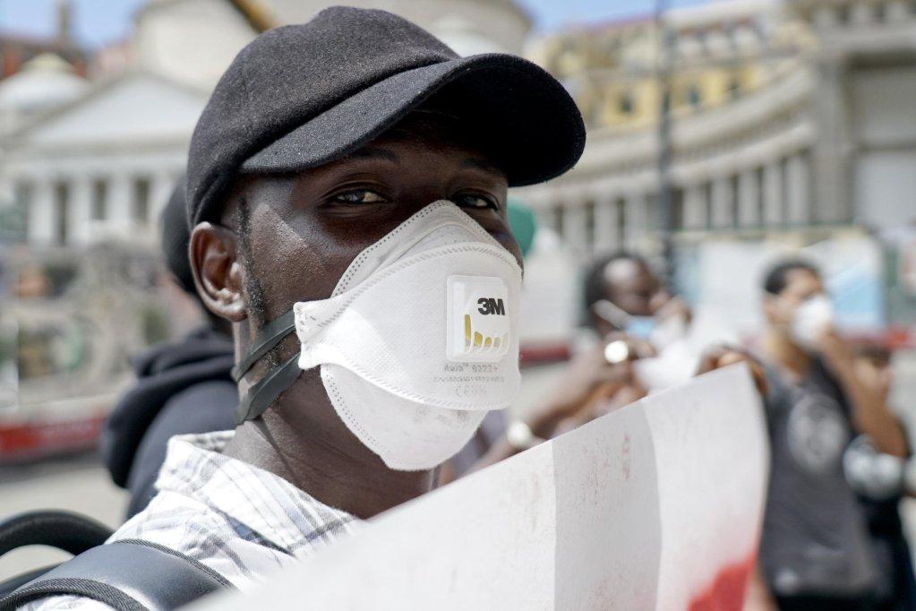 Un migrant durant une manifestation en faveur d'une régularisation des sans papiers, à Naples le 19 mai 2020. Photo: ANSA / Ciro Fusco