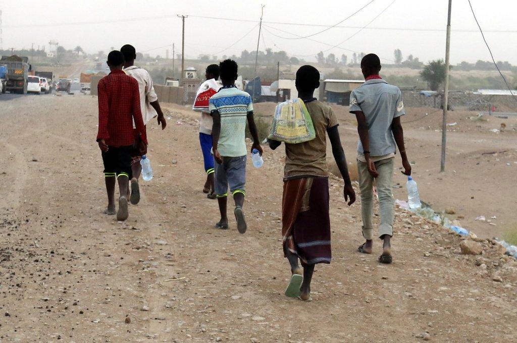 ANSA / مهاجرون أفارقة يهربون سيرا على الأقدام من ساحل محافظة شبوة (500 كيلو متر) إلى مأرب، بسبب الحرب في اليمن. المصدر: إي بي أيه/ يحيى أرحب.يحيى أرحب.